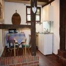 Unsere Kitchenette bietet einen weiteren Sitzplatz und Herd, Kühlschrank, Spüle und Mikrowelle.